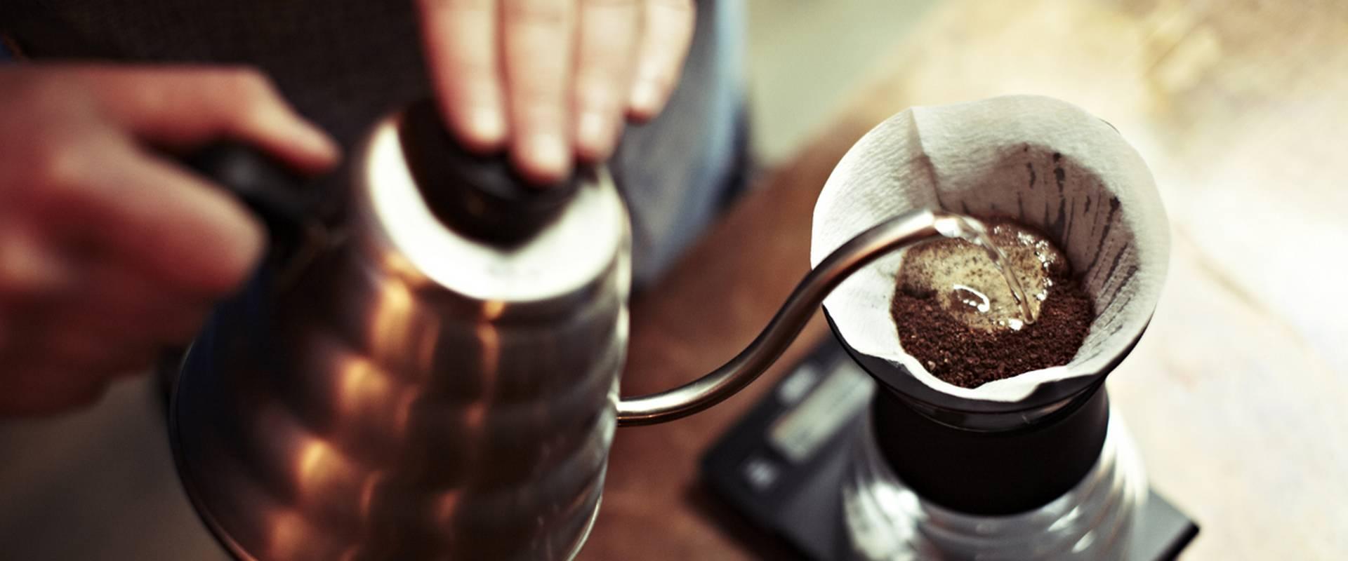Brewing coffee-kavekeszites-barista